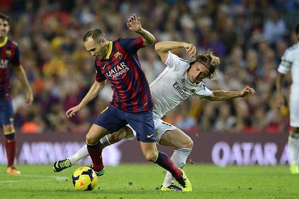 Iniesta đối đầu với Modric (Ảnh: Marca)