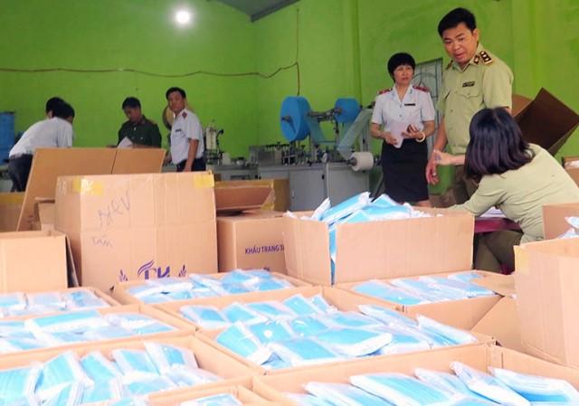 Lực lượng chức năng phát hiện Công ty TNHH Dược Tâm Hưng tại xã An Ninh Đông (Tuy An) sản xuất mặt hàng khẩu trang y tế chưa đủ điều kiện lưu hành theo quy định