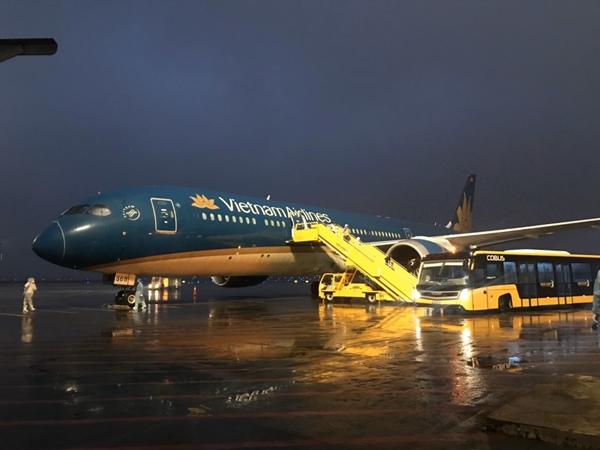 2Chuyến bay đầu tiên hạ cánh xuống sân bay Vân Đồn lúc 5h20'