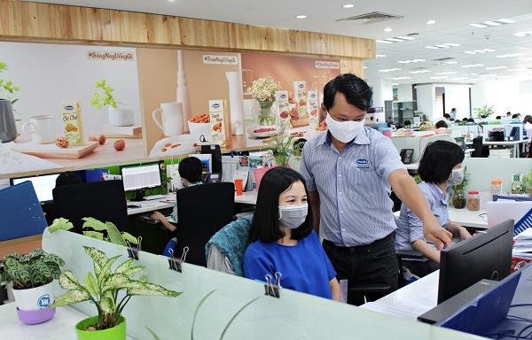 Nhân viên Công ty Vinamilk thực hiện nghiêm túc việc đeo khẩu trang tại nơi làm việc, phòng ngừa dịch bệnh.
