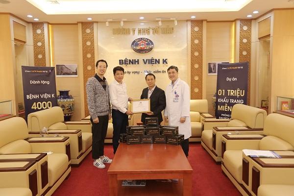 Ông Vũ Thế Tuấn (áo trắng) - CEO Công ty Cổ Phần iCheck cùng đại diện Liz'N Health tặng khẩu trang miễn phí tại Bệnh viện K