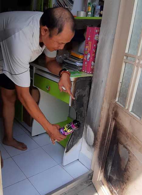 Bình xit côn trùng để ở nơi thoáng mát nhưng vẫn bốc cháy, suýt gây hỏa hoạn tại gia đình ông Lê Đình Đ.