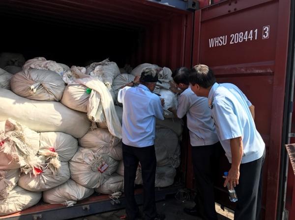 Lực lượng hải quan kiểm tra container hàng giả mạo xuất xứ