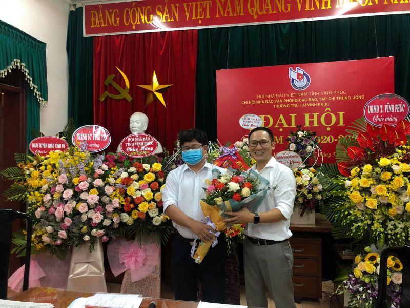 Nhà báo Nguyễn Trọng Lịch (bên phải) được tín nhiệm bầu làm Thư ký Chi hội Khóa III