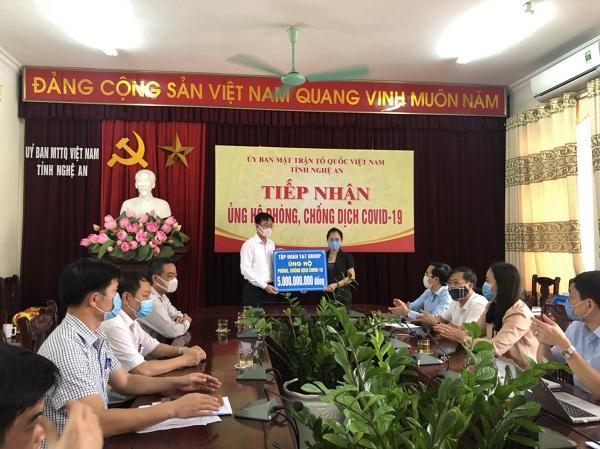 Đại diện Tập đoàn T&T Group trao 5 tỷ đồng ủng hộ cuộc chiến chống dịch COVID-19 của tỉnh Nghệ An