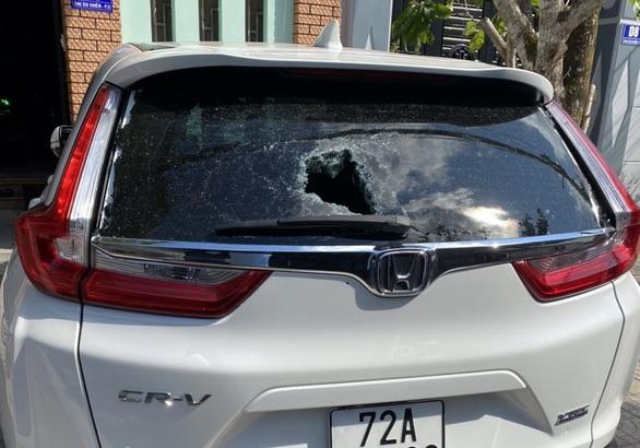 Một trong hơn 30 xe ô tô bị các đối tượng đập phá, gây hư hỏng.