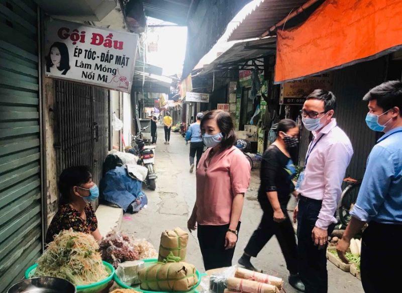 Đồng chí Đào Khánh Hà, Uỷ viên BTV - Trưởng ban Tuyên giáo kiểm tra công tác phòng chống dịch bệnh.