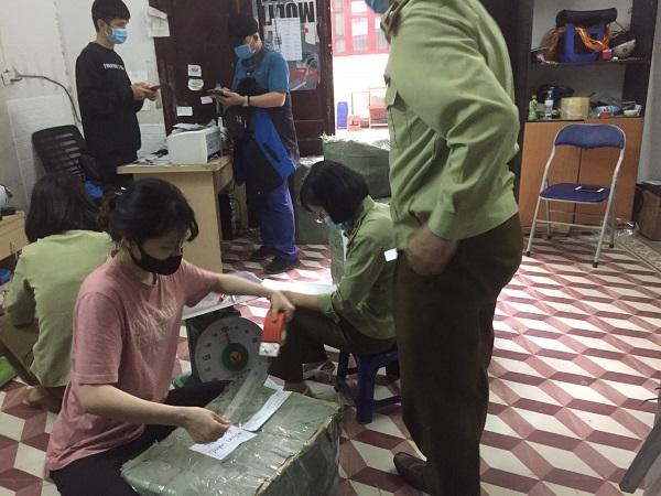 Lực lượng QLTT TP Hà Nội tiến hành tạm giữ toàn bộ số thuốc tân dược nghi giả mạo (Ảnh: Cục QLTT Hà Nội)