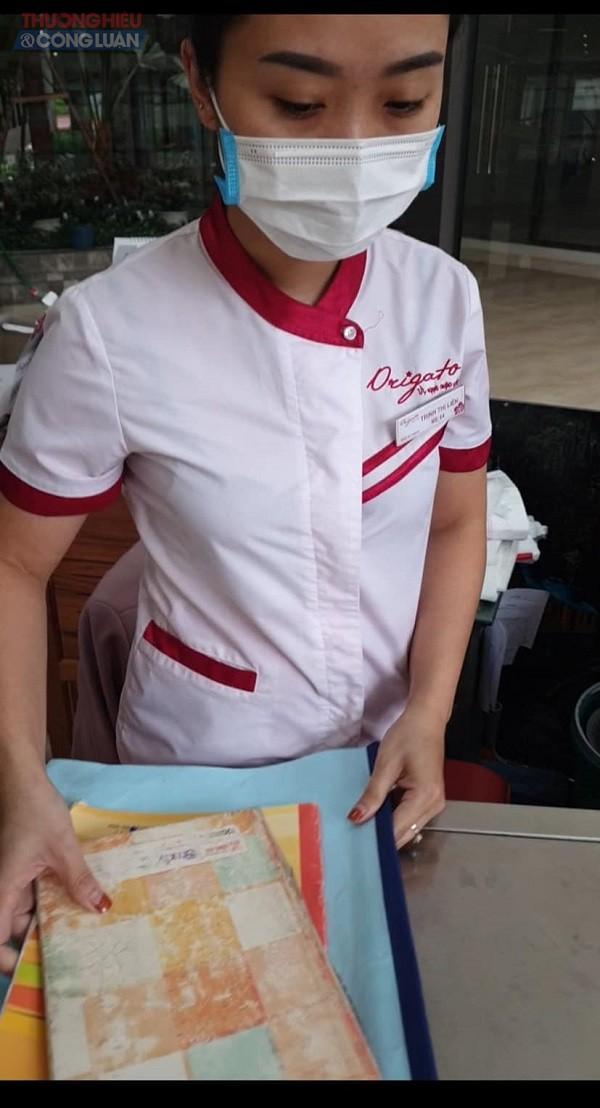 Chị Trinh Thị L đang bán hàng tại hệ thống cửa hàng công ty chung cư Green Pear số 378 Minh Khai, quận Hai Bà Trưng (Ảnh cắt từ clip)