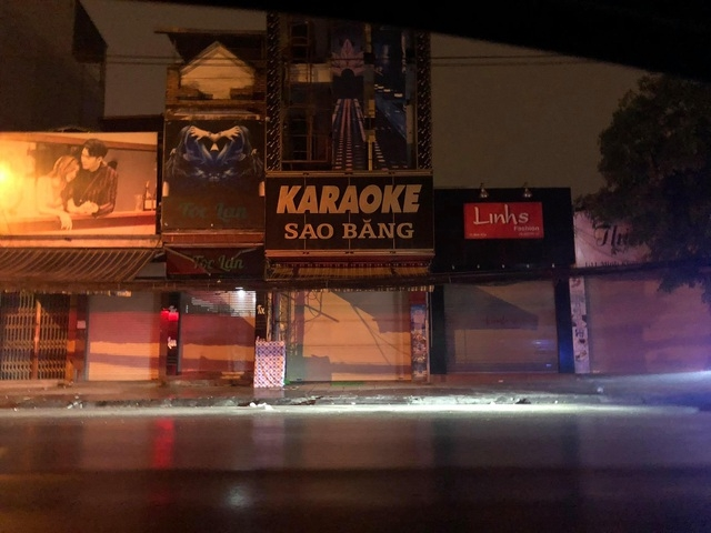Phía bên ngoài quán Karaoke Sao Băng đóng cửa,