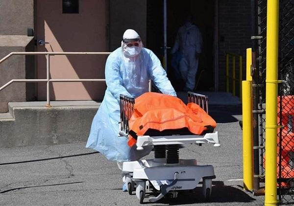 Nhân viên y tế tại Mỹ vận chuyển một thi thể bệnh nhân tử vong vì dịch COVID-19 (Ảnh: The Independent)