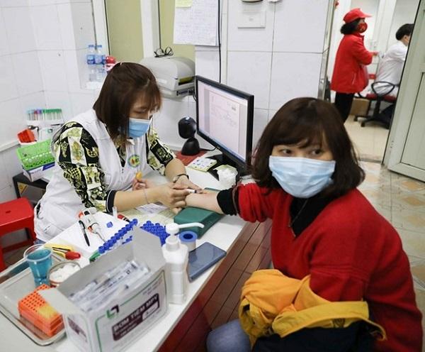 Lấy mẫu máu xét nghiệm cho tình nguyện viên đăng ký hiến máu tại địa chỉ 26 Lương Ngọc Quyến, quận Hoàn Kiếm, Hà Nội (Ảnh: TTXVN)