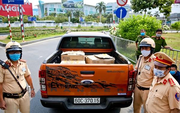 Lực lượng chức năng phát hiện một ô tô vận chuyển 4 thùng chứa khẩu trang không có nguồn gốc
