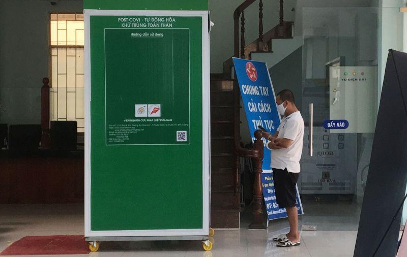 Người dân đến làm thủ tục hành chính cần phải qua máy khử trùng toàn thân tại Trung tâm Phục vụ hành chính công TP.Thủ Dầu Một