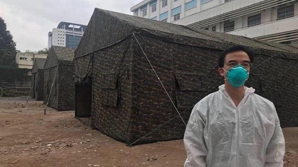 Bệnh viện dã chiến bằng lều bạt được dựng ở Bệnh viện Bạch Mai (Ảnh Đặng Tú)
