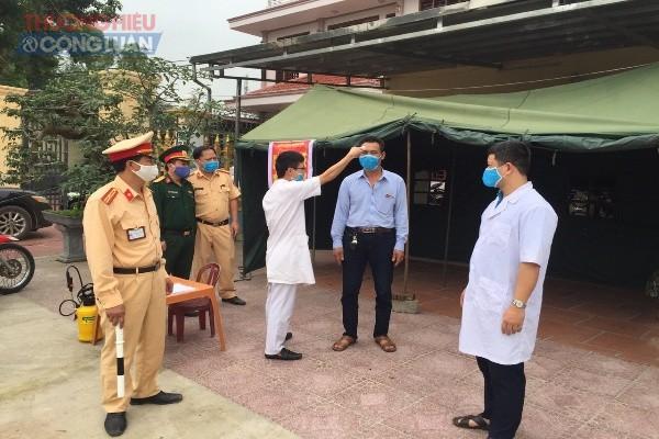 Lực lượng CSGT kiểm tra giám sát chặt chẽ người và phương tiện ra vào địa bàn huyện trong thời gian dịch bệnh Covid- 19