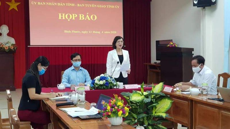 Bà Trần Tuyết Minh - Phó Chủ tịch UBND tỉnh Bình Phước - phát biểu tại họp báo.