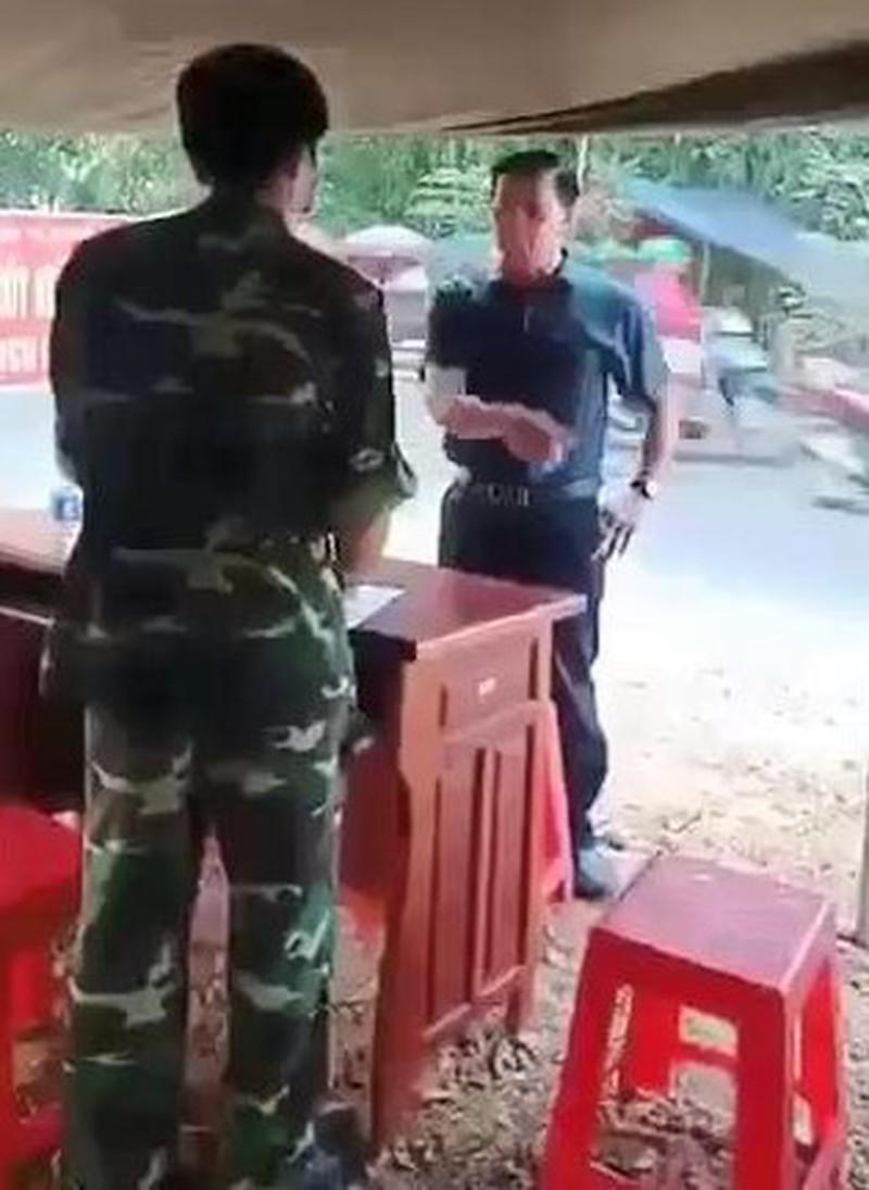 Ông Thanh không đeo khẩu trang, cự cãi và văng tục tại chốt kiểm dịch COVID-19. (Ảnh cắt từ clip)
