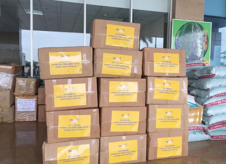 PVcomBank tài trợ vật tư y tế cho bệnh viện chống dịch Covid-19.