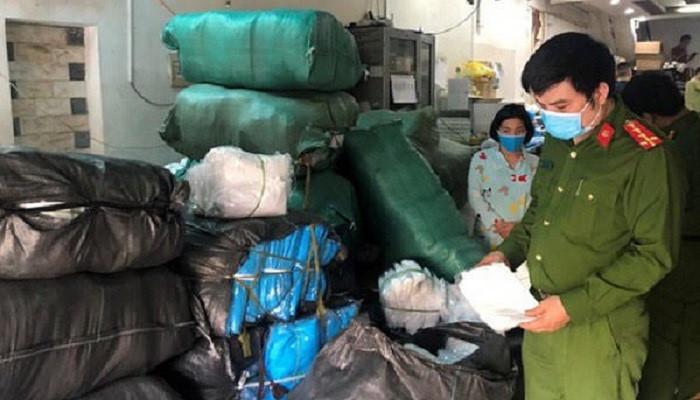 Lực lượng Quản lý thị trường Hà Nội kiểm tra và lập biên bản tạm giữ toàn bộ số sản phẩm vi phạm về chất lượng và nguồn gốc của Công ty TNHH phát triển thương mại dịch vụ Hưng Thịnh Phát (Ảnh: QLTT T Hà Nội)