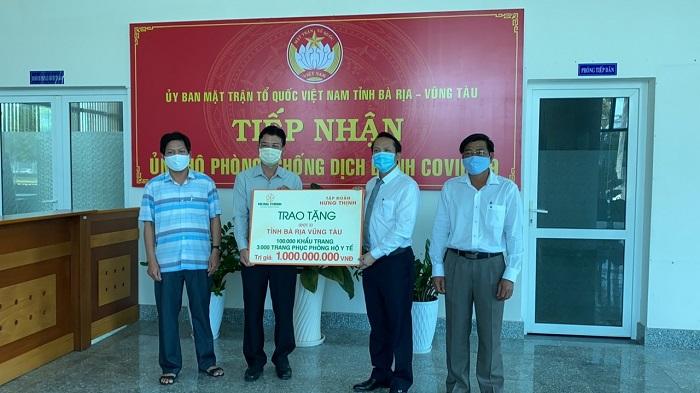Đại diện Tập đoàn Hưng Thịnh trao tặng cho UBMTTQVN tỉnh Bà Rịa – Vũng Tàu trang thiết bị y tế phòng, chống dịch Covid - 19.