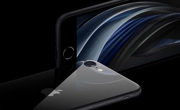 Một số chuỗi điện máy tại Việt Nam đã bán iPhone SE 2020. Ảnh: Apple.