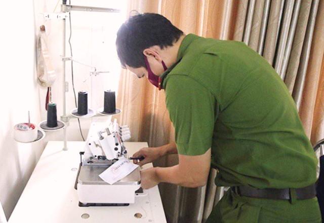 niêm phong máy móc tại cơ sở sản xuất khẩu trang không giấy phép.