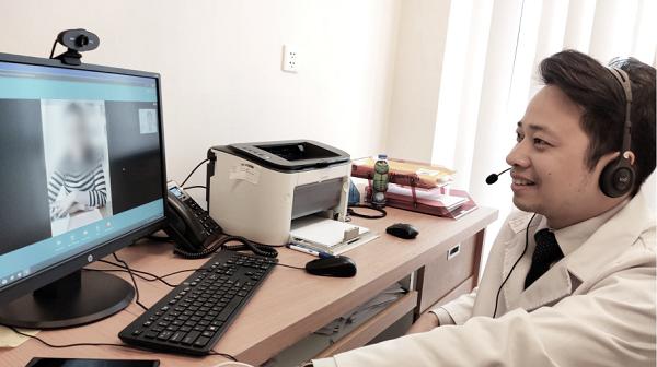 Với sự hỗ trợ của phần mền chuyên dụng, các bác sĩ Vinmec hướng dẫn người bệnh chủ động theo dõi sức khỏe tại nhà, tự đo huyết áp, thử đường máu... để phối hợp điều trị đạt kết quả tốt