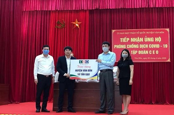 Ông Cao Văn Kiên – Phó Tổng Giám đốc Tập đoàn CEO (áo đen đứng giữa) trao tặng 10 tấn gạo cho huyện Vân Đồn