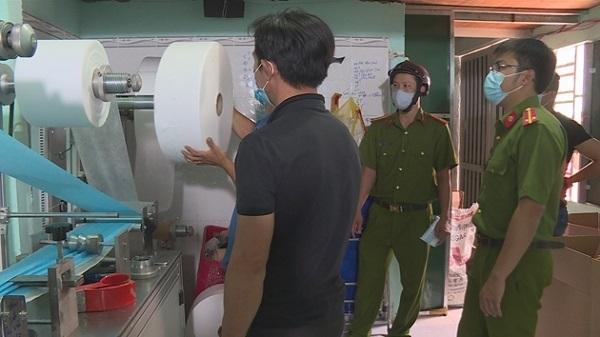 Lực lượng công an kiểm tra và phát hiện doanh nghiệp sản xuất khẩu trang vi phạm