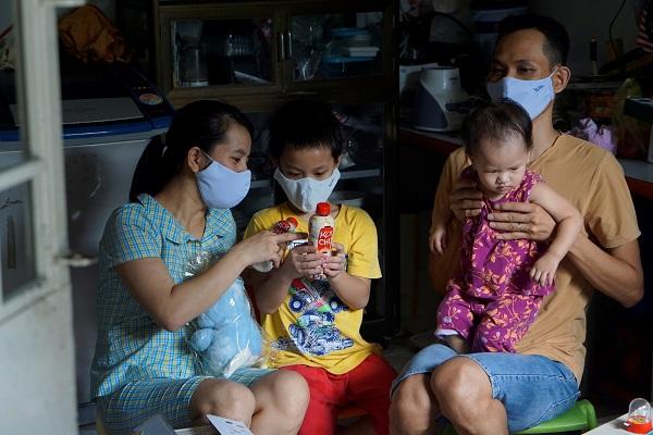 Những chai sữa gạo Koichi bổ sung dinh dưỡng và năng lượng từ NutiFood đã đến với các em thiếu nhi tại khu xóm trọ ở quận Tân Phú.