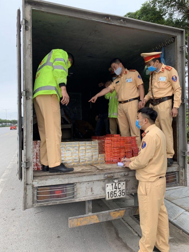 Đội CSGT số 2 Công an tỉnh Quảng Ninh phát hiện thu giữ gần 7.000 bao thuốc lá không rõ nguồn gốc.