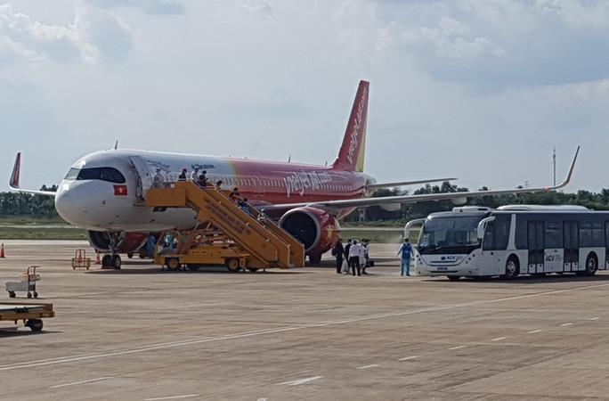 Trước đó, chiều 24/4 chuyến bay Viejet hành trình Singapore - Cần Thơ đưa 215 người Việt về nước (Ảnh:NLĐ)