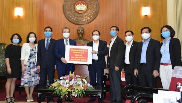 Chủ tịch UBTW MTTQ Việt Nam Trần Thanh Mẫn tiếp nhận ủng hộ của Hiệp hội doanh nghiệp Việt Nam tại Hàn Quốc