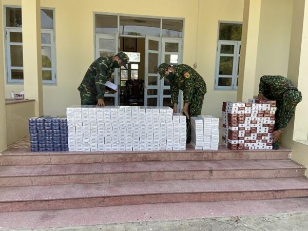 Lực lượng chức năng kiểm đếm số lượng hàng lậu vừa bắt giữ