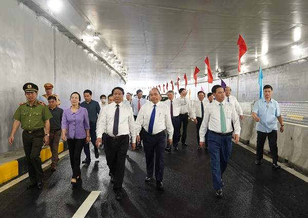 Thủ tướng Nguyễn Xuân Phúc và các đại biểu thực hiện nghi thức khánh thành