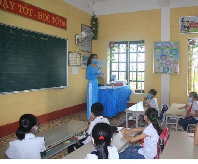 Buổi học đầu tiên sau khoảng thời gian tạm nghỉ vì dịch bệnh covid-19 của cô và trò Trường Tiểu học Quảng Phong (Thanh Hóa)