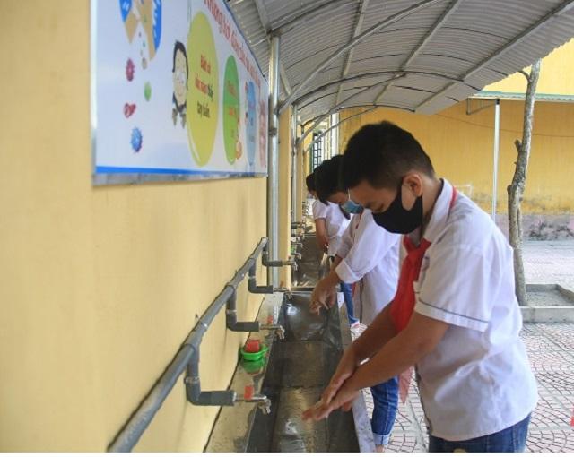 Học sinh được hướng dẫn vệ sinh cá nhân để phòng chống dịch Covid-19