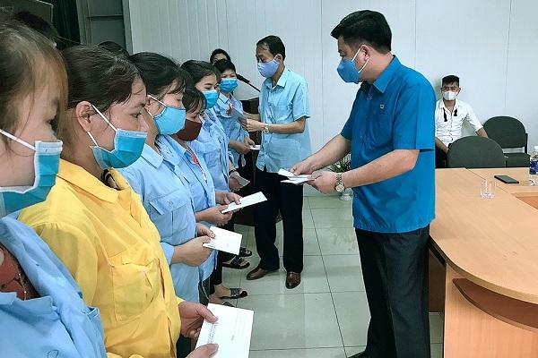 Đồng chí Hà Đức Quảng - chủ tịch LĐLĐ tỉnh và lãnh đạo huyện ủy Yên Lập trao quà hỗ trợ cho đoàn viên công đoàn
