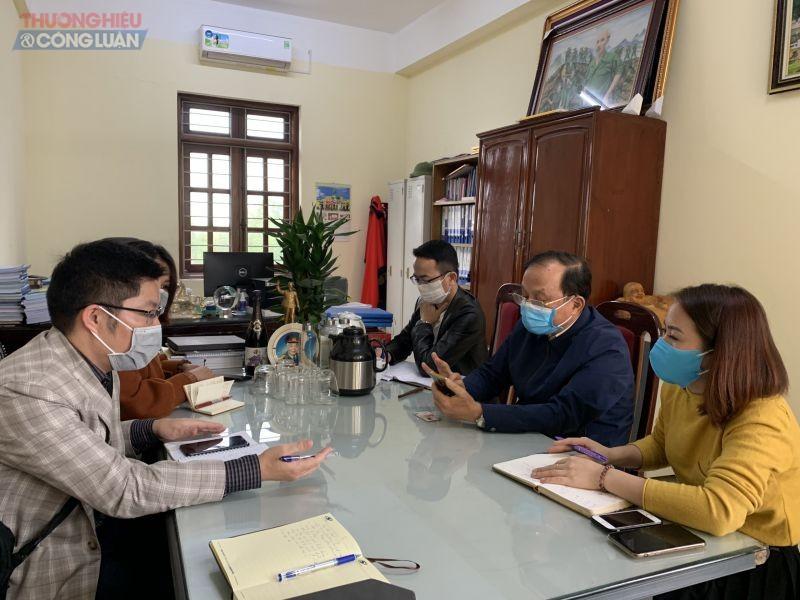 Các PV làm việc với trường ĐH Thành Đông (ông Lê Văn Hùng – Hiệu trưởng trường Đại học Thành Đông áo xanh ngồi giữa)