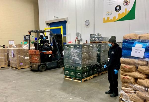 Sau khi tập trung về trụ sở, các loại thực phẩm sẽ được phân chia và chuyển đến người cần giúp đỡ thông qua các trạm cung cấp thực phẩm miễn phí.
