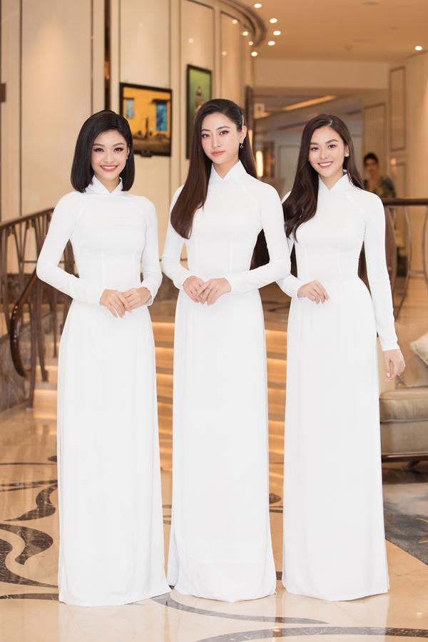 Trong ảnh, Top 3 Miss World Vietnam 2019 Lương Thùy Linh – Nguyễn Hà Kiều Loan – Nguyễn Tường San đọ sắc khi mặc áo dài trắng.