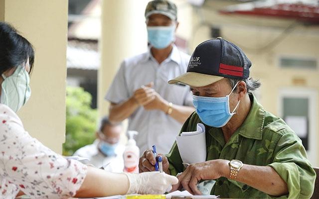Chi trả tiền hỗ trợ dịch Covid-19 cho các đối tượng người có công và bảo trợ xã hội ở quận Đống Đa, Hà Nội (Ảnh: Duy Linh)