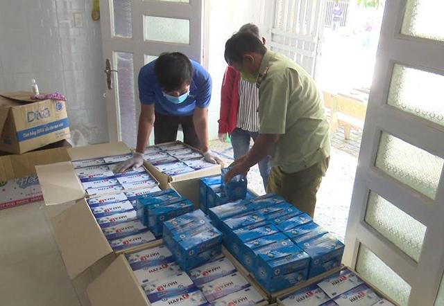 Khẩu trang bị lỗi được bà Nguyễn Thị Tím, tại ấp Mới 2, xã Mỹ Hạnh Nam (huyện Đức Hòa) mua của Phạm Bảo Quốc về tái chế đã đóng vào hộp chuẩn bị đưa ra thị trường