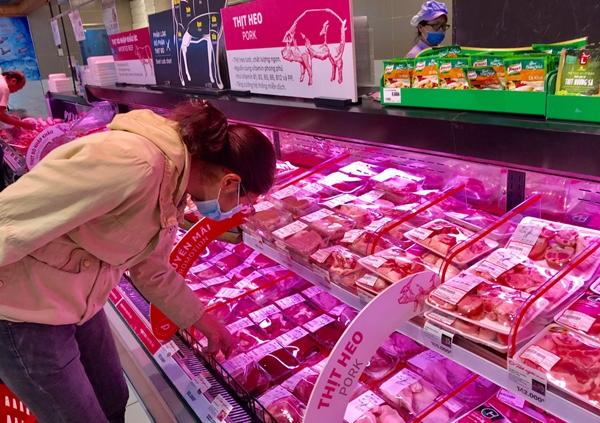 Siêu thị khuyến mãi ồ ạt thịt lợn