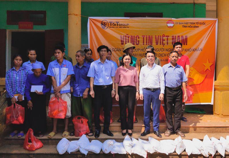"""Chương trình """"Vững tin Việt Nam"""" đã đi được 1/3 chặng đường, đến với 9 tỉnh thành, trực tiếp hỗ trợ, động viên gần 6 nghìn hộ nghèo gặp khó khăn do ảnh hưởng của dịch Covid-19."""
