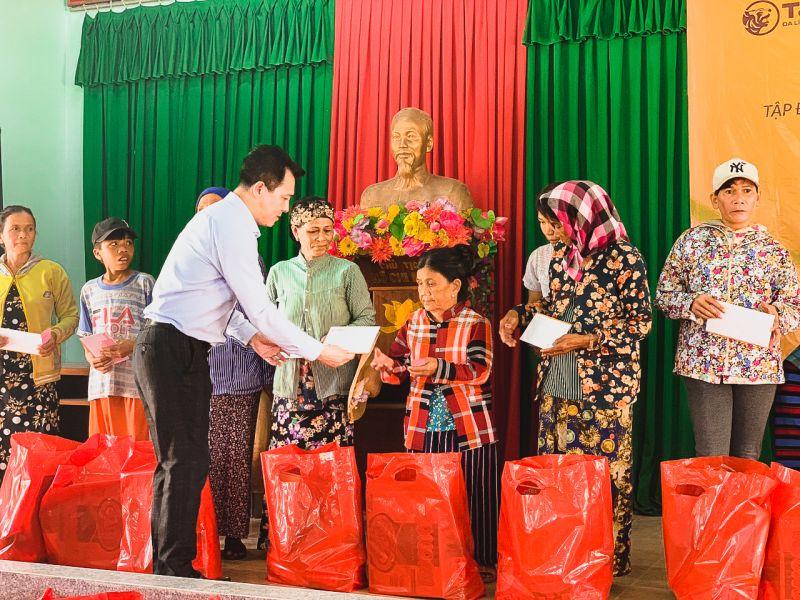 """Chương trình trách nhiệm xã hội """"Vững tin Việt Nam"""" do Tập đoàn T&T Group tổ chức nhằm hỗ trợ người nghèo gặp khó khăn do ảnh hưởng bởi dịch Covid-19 tại 28 tỉnh thành với tổng giá trị hỗ trợ khoảng 20 tỷ đồng"""