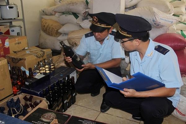 Lực lượng kiểm soát Hải quan Quảng Trị kiểm tra tang vật bắt giữ