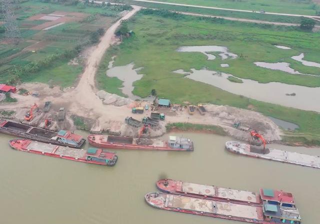 hàng loạt trạm trộn bê tông, bến bãi trái phép đang tồn tại dọc đê sông Đuống (thuộc địa bàn huyện Tiên Du và các huyện lân cận)