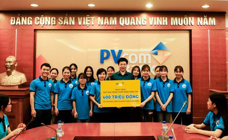 Phó Tổng Giám đốc PVcomBank Đoàn Đức Minh trao tặng số tiền hỗ trợ tới sinh viên Quỹ Thắp sáng Niềm tin.